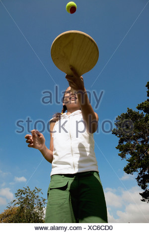 Fille jouant avec bat and ball Banque D'Images
