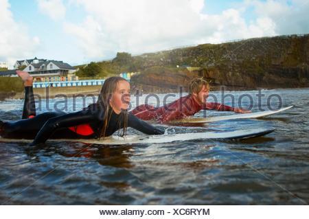 Deux planches de canotage sur surfers Banque D'Images