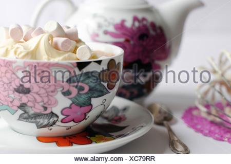 Chocolat chaud avec de la crème fouettée et des mini guimauves Banque D'Images