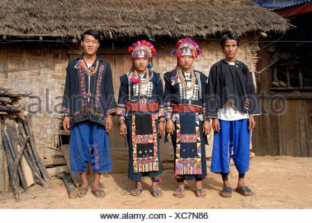 Les jeunes hommes et femmes de l'ethnie Akha Lom portant des vêtements traditionnels colorés, Ban Noy, province de Phongsali, Laos, Sout Banque D'Images