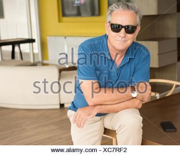 Portrait of senior man wearing sunglasses Banque D'Images