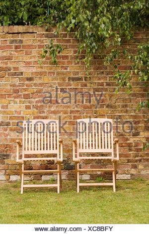 Deux chaises de terrasse sur jardin pelouse Banque D'Images