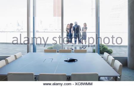 Business people talking sur balcon salle de conférence Banque D'Images