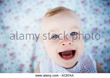 Portrait of smiling baby girl laying on mat Banque D'Images