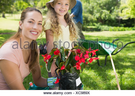 Mère et fille engaged in gardening Banque D'Images