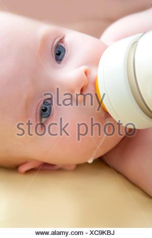 Bond petit bébé aux yeux bleus bidon de lait. Banque D'Images