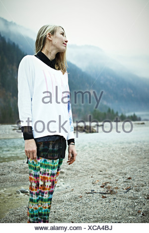 Hippy woman standing in mountains Banque D'Images
