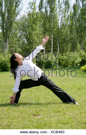 Woman doing stretching exercice Banque D'Images