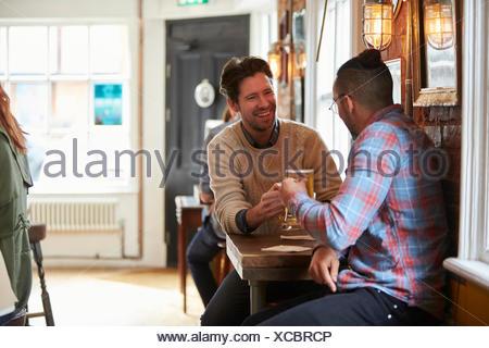 Deux amis profitant de verre au bar Banque D'Images
