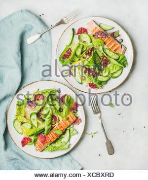 L'énergie saine stimuler salade de printemps avec du saumon grillé, d'orange sanguine, les olives et le quinoa, vue du dessus, en arrière-plan. Nettoyer, alimentaires, les régimes de désintoxication, Banque D'Images