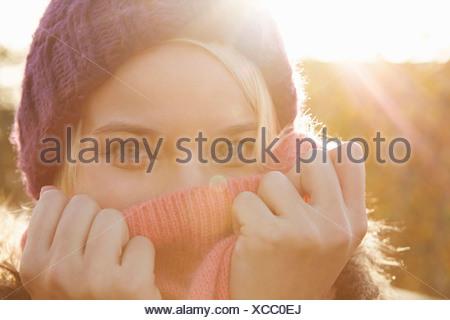 Portrait of young woman wearing Knit hat, la bouche couverte Banque D'Images