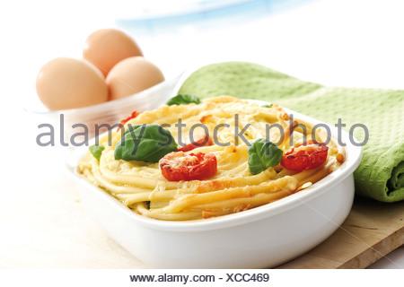 Faire cuire les pâtes, macaroni-casserole et les oeufs de poule Banque D'Images