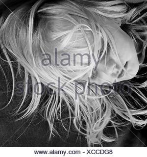 Portrait de jeune fille avec les cheveux en désordre sur le lit de couchage Banque D'Images