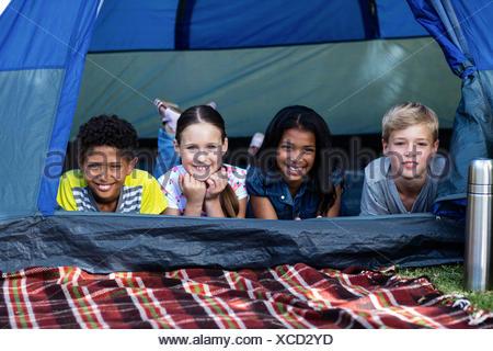 Les enfants se trouvant dans une tente Banque D'Images