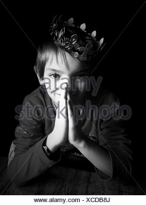 Portrait Of Boy Wearing Crown Banque D'Images