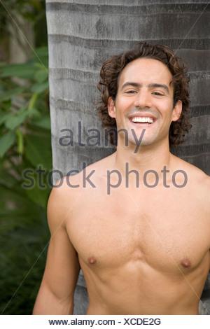 Portrait d'un homme musclé tonique debout dans un jardin Banque D'Images