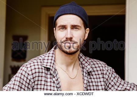 Portrait d'homme portant chemise à carreaux Banque D'Images