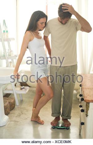 L'homme sur l'échelle de bain rayures tête en signe d'incrédulité Banque D'Images
