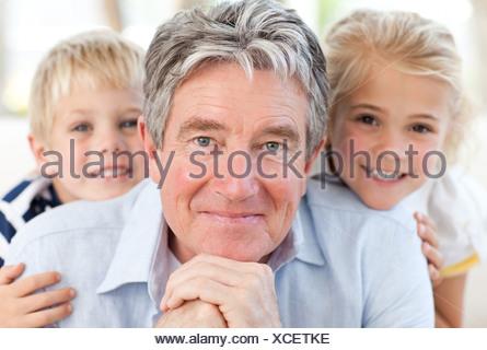 Joyfull petite famille regardant la caméra