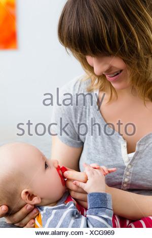 Mère et bébé avec tétine en bouche Banque D'Images