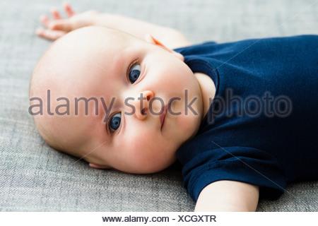 Portrait de bébé garçon allongé sur le dos, Close up Banque D'Images