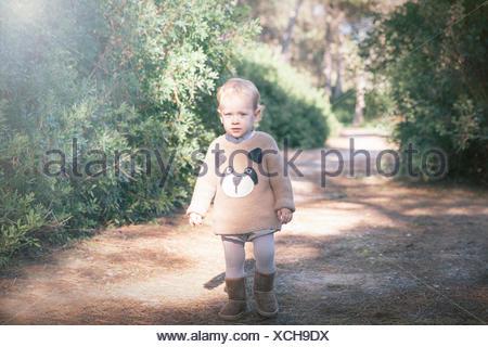 Garçon marchant le long sentier Banque D'Images