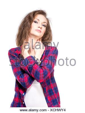 Belle jeune fille en chemise à carreaux et jeans taille basse short ... 6d6945f3c09