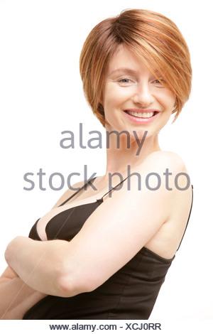 Une Femme Avec Un Victoria Beckham Coupe De Cheveux Et Un Haut Noir