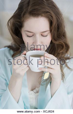 Femme ayant une tisane Banque D'Images