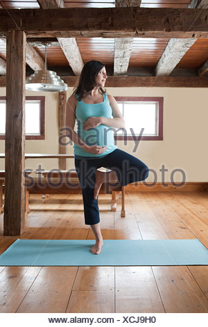 Pregnant woman doing yoga Banque D'Images