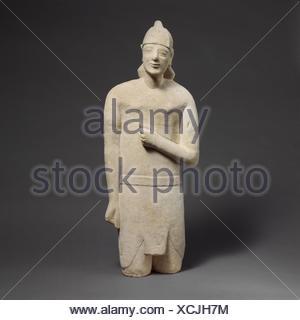 Statuette en pierre calcaire d'un homme imberbe votary dans Egyptianizing dress portant un casque. Période: archaïque; Date: première moitié du 6ème siècle avant J.C;