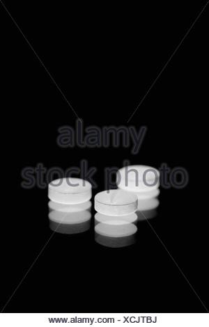 Comprimés blancs sur fond noir Banque D'Images
