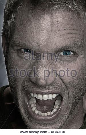 Homme sanglotant