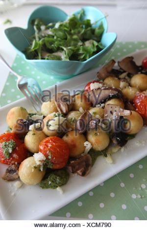 Une plaque de style italien Antipasti avec courgettes, aubergines, champignons, l'oignon et l'Ail Banque D'Images