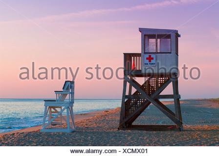 Lifeguard est au lever du soleil le long de Nauset Beach, Cape Cod National Seashore, Cape Cod, MA Banque D'Images