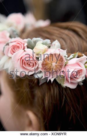Vue arrière détail d'une jeune fille portant une couronne de fleurs Banque D'Images