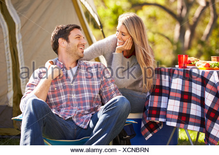 Couple Enjoying Camping Holiday In Countryside Banque D'Images