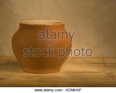 Pot en argile sur table en bois. Banque D'Images