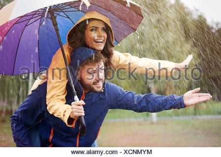 Cachons sous un parapluie sous la pluie. Debica, Pologne Banque D'Images
