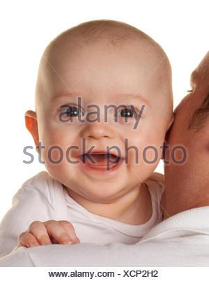 Père avec un petit bébé sur son épaule Banque D'Images