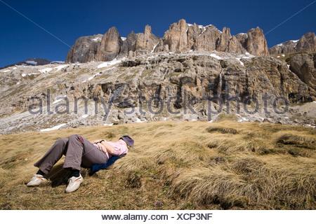 Jeune femme se reposer en face du Mont Sella, Dolomites, Italie, Europe Banque D'Images