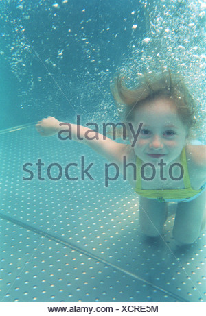 Portrait of Girl swimming underwater in a pool Banque D'Images