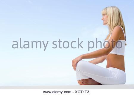 Femme assise et la méditation en plein air Banque D'Images