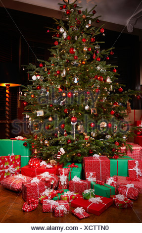 Cadeaux de Noël under tree Banque D'Images