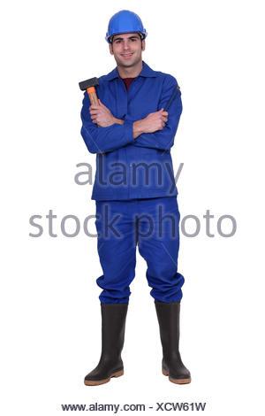 Travailleur ayant un ciseau et Maillet Banque D'Images