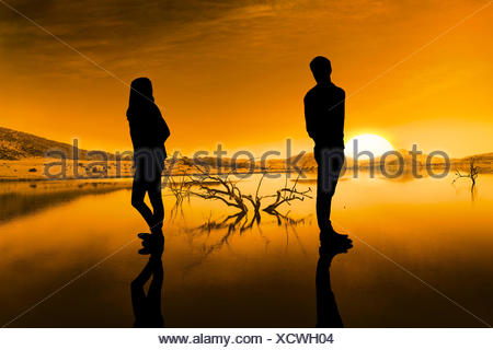 Image composite de triste couple standing back to back Banque D'Images