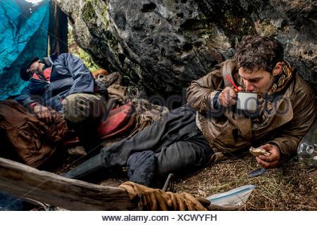 Bagualeros, cow-boys qui, de l'élevage sauvage capture boire thé mate en camping sur un ranch de ranch voyage. Banque D'Images