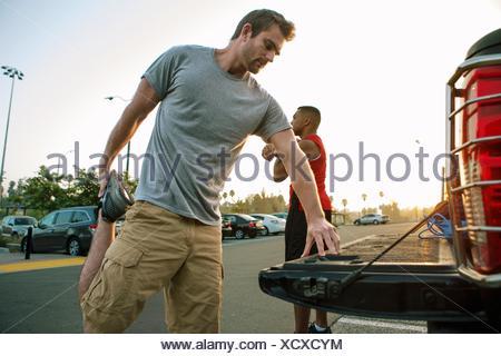 Deux amis masculins, stretching, préparation à l'entraînement Banque D'Images