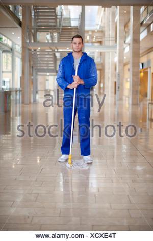 Portrait d'homme en nettoyant atrium bureau Banque D'Images