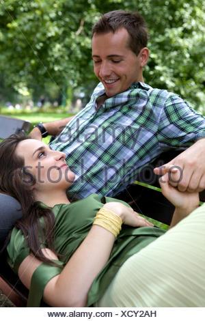 Petite amie resting head on boyfriend's lap Banque D'Images